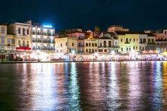 Дома вдоль прогулки моря Chania вечером, Cretem Греция стоковое изображение rf