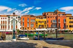 Дома Венеции старые на обваловке грандиозного канала Стоковое Изображение