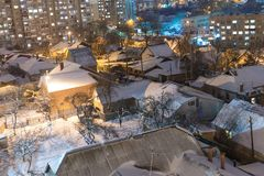 Дома в городе покрыты со снегом стоковое фото