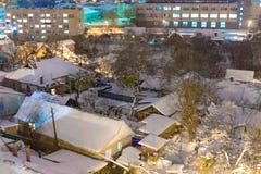 Дома в городе покрыты со снегом стоковая фотография