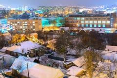 Дома в городе покрыты со снегом стоковая фотография rf