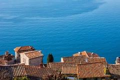 Дома в деревне Eze и большая синь Средиземного моря Стоковое фото RF