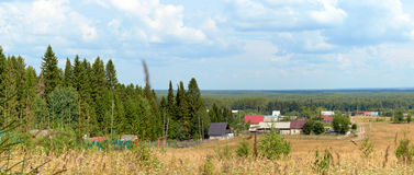 Дома в деревне в смешанном лесе Стоковые Фотографии RF