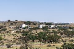 Дома в деревне приближают к султанату зоны Derbat вадей Омана стоковое изображение