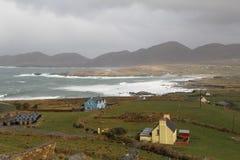 Дома в Ирландии около одичалого моря Стоковые Фотографии RF
