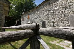 Дома в камне и белых мраморных камнях Campocatino, Garfagnan стоковое изображение