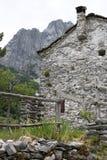 Дома в камне и белых мраморных камнях Campocatino, Garfagnan стоковая фотография rf
