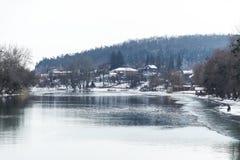 Дома в лесе зимы около реки Стоковое Изображение RF