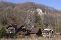 Дома в лесе с деревьями, Ojcow, Польше, 10 29 2005 Стоковые Изображения