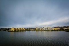 Дома вдоль берега падуба озера, в Virginia Beach, Virgini Стоковые Фотографии RF