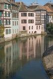 Дома вдоль канала в Ла маленькой Франции Стоковые Изображения