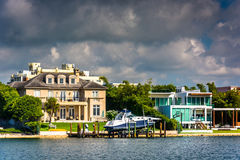 Дома вдоль канала Collins, в Miami Beach, Флорида стоковые фото