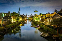 Дома вдоль каналов Венеции на ноче стоковые фотографии rf