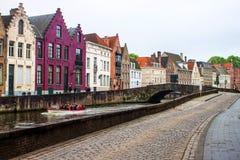 Дома вдоль каналов Brugge Стоковое Изображение