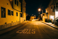 Дома вдоль улицы на ноче, в пляже Ньюпорта стоковые изображения rf