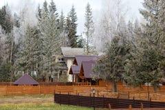 Дома в древесинах предусматриванных с заморозком Стоковая Фотография