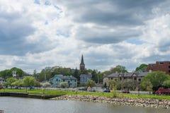 Дома в реке Quinnipia c паркуют в New Haven Коннектикуте стоковые изображения