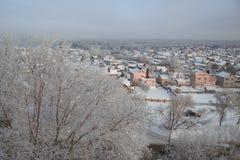 Дома в снеге в России стоковая фотография rf