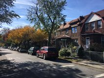 Дома в уютном районе Ridgewood, Нью-Йорка Стоковая Фотография RF