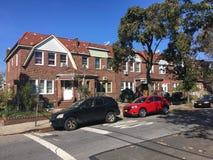 Дома в уютном районе Ridgewood, Нью-Йорка Стоковое Фото