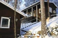 Дома в coniferous лесе стоковое фото