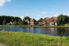 Дома голландца типичные речным берегом стоковые изображения rf