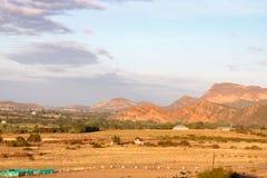 Дома горами на страусе обрабатывают землю Стоковые Фотографии RF