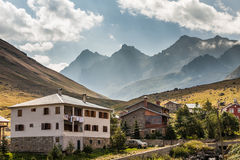 Дома горы с облаками в плато Ayder, Rize, Турции Стоковые Фото