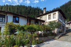 дома девятнадцатого века в историческом городке Shiroka Laka, региона Smolyan, Болгарии стоковые фото