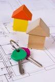 Дома деревянных блоков и ключей на чертеже конструкции дома, концепции дома здания Стоковое фото RF