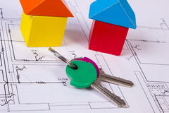 Дома деревянных блоков и ключей на чертеже конструкции дома, концепции дома здания Стоковые Фотографии RF