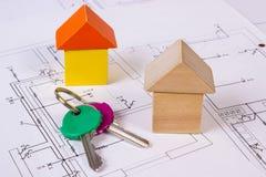 Дома деревянных блоков и ключей на чертеже конструкции дома, концепции дома здания Стоковые Фото