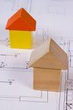 Дома деревянных блоков на чертеже конструкции дома, концепции дома здания Стоковое фото RF