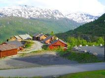 Дома, заводы и красивые горы, Норвегия Стоковое Фото