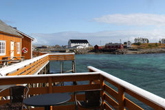 Дома и веранда с островов побережья Lofoten Стоковые Изображения
