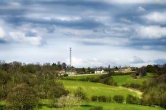 Дома и деревья в деревне в предыдущей весне стоковые изображения
