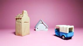 Дома и модель корабля на розовой предпосылке стоковое фото rf