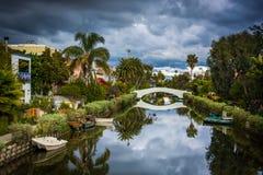Дома и мост вдоль канала в Венеции приставают к берегу, Лос-Анджелес, Ca стоковые изображения