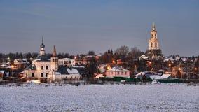 Дома и церков камня Suzdal на сумерк зимы Стоковые Изображения RF