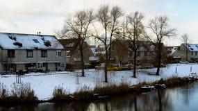 Дома и шлюпки вдоль канала предусматриванного в снеге Стоковая Фотография RF