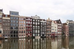 Дома канала Амстердама на серый день стоковая фотография rf