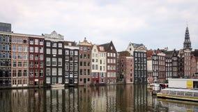 Дома канала Амстердама на серый день стоковые изображения rf