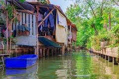 Дома канала берега реки в сельской установке Стоковая Фотография RF