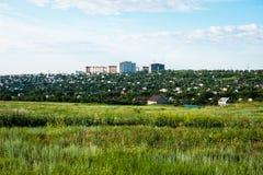 Дома квартиры в высотном доме на горизонте Стоковая Фотография