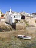 Дома на береге моря с шлюпкой Стоковые Изображения