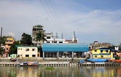 Дома на береге реки в Маниле, Филиппинах Стоковые Фото