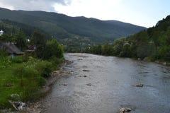 Дома на береге реки горы Стоковые Фото