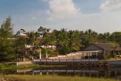 Дома на береге тропического озера стоковое изображение rf