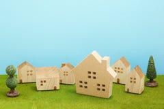 Дома на зеленой траве над голубым небом Стоковое фото RF