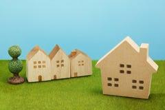 Дома на зеленой траве над голубым небом Стоковые Фотографии RF
